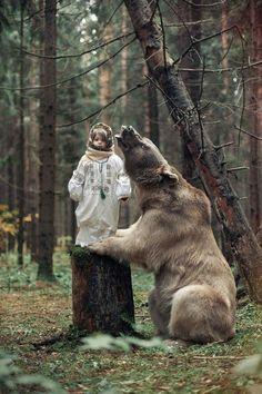 Маша и медведь (настоящий, если что) what a lovely photo but u fortunutely I can not read kiril