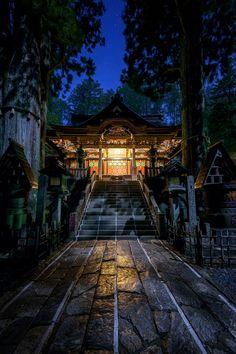 月光に照らされる三峯神社拝殿 関東一のパワースポットと言われる秩父三峯神社。ここに泊まる機会を得たので、外出禁止時間前にちょっと散策してみました。