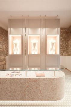 The Milanese studio designs the interiors of two new Parah boutiques in Verona and Forte dei Marmi among velvets, marbles and treasure chests. Boutique Design, Boutique Interior, Boutique Ideas, Verona, Lingerie Store Design, Design Comercial, Retail Store Design, Retail Stores, Store Interiors