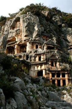 Les tombeaux lyciens de Myra, en Turquie - Charles Fellows raconte que lors de sa découverte de la ville en 1840, il a trouvé les tombeaux colorés en rouge, jaune et bleu.