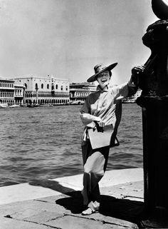 Katharine Hepburn on set in Venice, Italy for the 1955 David Lean movie 'Summertime. Katharine Hepburn, Audrey Hepburn, Golden Age Of Hollywood, Vintage Hollywood, Classic Hollywood, Hollywood Picture, Hollywood Stars, Taylor James, James Dean