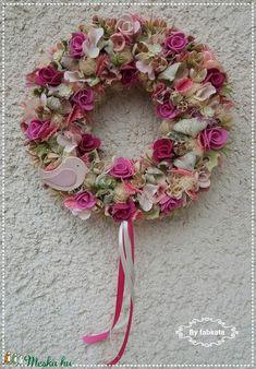 Tavaszi szél ajtódísz  kopogtató  (fabkata) - Meska.hu Floral Wreath, Wreaths, Diy, Home Decor, Floral Crown, Decoration Home, Door Wreaths, Bricolage, Room Decor