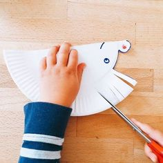 Erste einfache Schneideübungen,Vorlagen zum ausdrucken, ausschneiden Premiers exercices de coupe - un hérisson fait d'assiettes en papier craft home Paper Plate Crafts, Paper Plates, Diy Home Crafts, Crafts To Make, Diy For Kids, Crafts For Kids, Hedgehog Craft, Autumn Crafts, Print And Cut