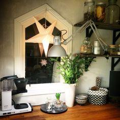 Vägghyllor i köket av gamla brädor. Hemma hos mig