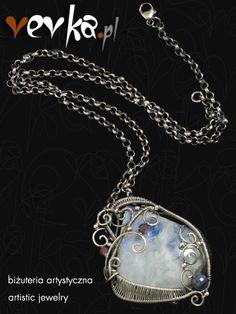 Wisior został ręcznie wykonany ze srebra próby 925 i 999. Srebro zostało zoskydowane i wypolerowane. Sercem wisiora jest piękny pochodzący z Indii kaboszon kamienia księżycowego. W oprawę wplotłam fasetowane kuleczki naturalnego rubinu i szafiru.