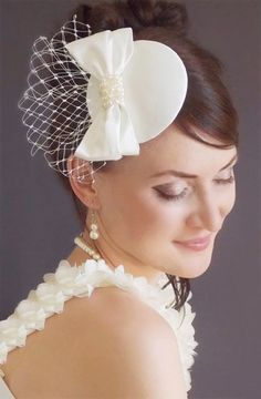 Items similar to Bridal Mini Hat - Ivory hat - Fascinator -Bridal fascinator - Wedding hat - Wedding birdcage veil - Vintage birdcage veil - Fascinator ivory on Etsy Bridal Veils And Headpieces, Bridal Fascinator, Bridal Hat, Headpiece Wedding, Vintage Birdcage Veils, Tea Party Hats, Fascinator Hairstyles, Millinery Hats, Diy Hat