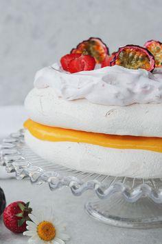 Vegansk marängtårta med jordgubbsgrädde och passionscurd - fridasvegobak Aquafaba, Fika, Vanilla Cake