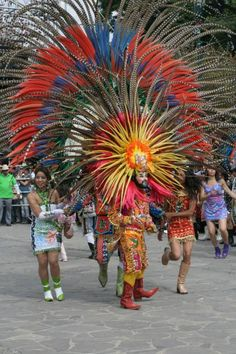 Las celebraciones de #Carnaval se vive en cada región de una forma muy particular, pero siempre lleno de colores. Aquí se muestra las vestimentas que utilizan para esta festividad en #Tlaxcala, #Mexico.