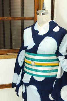 きりりと粋な濃紺に、澄んだ淡い水色の大きな水玉模様がふわりとやわらかな本絞りで浮かび上がるモダン浴衣です。 #kimono