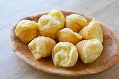 Easy Brazilian Cheese Bread Recipe - yum I hope these taste like the ones at Texas De Brazil Think Food, I Love Food, Brazillian Cheese Bread, Brazilian Bread, Brazilian Bakery, Brazilian Recipes, Tapas, Comida Latina, Simply Recipes