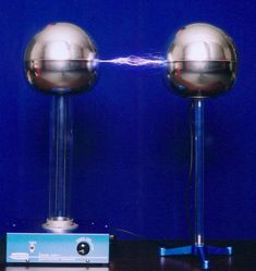 Van De Graaff Generator | Van de Graaff generator discharges to a grounded metal sphere. Van De Graaff Generator, Alternative Energy, Energy Efficiency, Physics, Technology, Google, Modern, Image, Glow