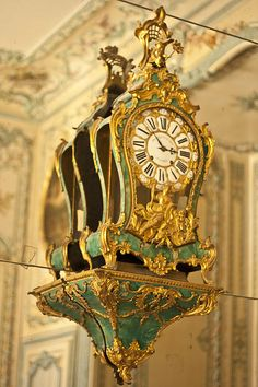 What time is it?: A fabulously opulent clock in the Queens' Apartments at the Palace of Versailles Rococo, Baroque, Marie Antoinette, Louis Xvi, French Royalty, Mantel Clocks, Cool Clocks, Palace Of Versailles, Sistema Solar