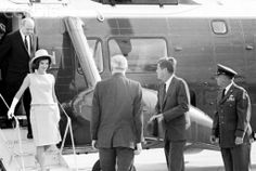 1962. 29 Juin. President Kennedy and Others Arriving Arriving at Andrews. Air Force Base, MD.: President and Mrs. Kennedy leave their helicopter after arriving from the White House. They left by jet for a three-day goodwill trip to Mexico City. At left is Secretary of State Dean Rusk who accompanied them on the helicopter trip. Man at center (back to camera) is unidentified