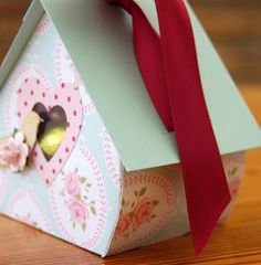 Easter will soon be here and I have a craft fair Easter weekend so I needed to make up some bits to sell!  I made up these little bird house...