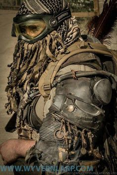 Great shoulder armor from various materials, interesting wire conduit, could have slits in it for EL wire for lighting. Apocalyptic Clothing, Post Apocalyptic Costume, Post Apocalyptic Fashion, Mad Max, Larp, H Cosplay, Soldier Costume, Costume Carnaval, Wasteland Weekend