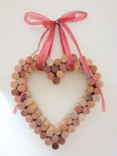 Decorative DIY for Valentine's Day - heart in wine corks This Happy Valentine's Day is considered similarly one in the company of my favorite conditions wi Saint Valentine, Valentines Day Hearts, Valentine Day Crafts, Cork Heart, Heart Diy, Wine Cork Wreath, Wine Cork Crafts, Saint Valentin Diy, Homemade Valentines