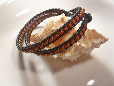 Wickel - Armband aus  schwarzem Lederband und lässigen braunen Kunststoffperlen.  Dieses schlichte Armband (ausnahmsweise mal ohne Glitzer und Glam...