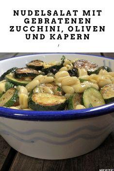 Nudelsalat mit gebratenen Zucchini, Oliven und Kapern