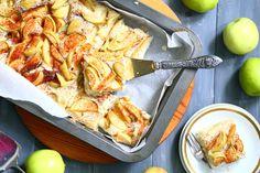 Tämä helppo ja nopea piirakka valmistuu ilman kananmunaa ja maitotuotteita, mutta sitä ei valmiista piirakasta uskoisi. Lopputulos on ihanan pehmeä, mehevä ja herkullinen. Piirakka on maun lisäksi ihana myös siksi, ettei sen tekemiseen tarvita vatkainta. Aineet vain sekoitetaan nopeasti keskenään sekaisin, kaadetaan leivinpaperin päälleuunipellille (tai voideltuun vuokaan) ja päälle ripotellaanhedelmiä ja marjoja oman maun mukaan. …