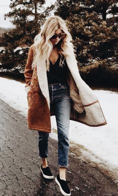 35 Pretty Winter Outfits To Try This Year winter trends / brown coat + top + jeans + sneakers Outfits Winter, Casual Outfits, Cute Outfits, Casual Jeans, Winter Clothes, Spring Outfits, Style Casual, My Style, Outfit Online