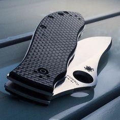 Spyderco Bradley #spyderco #spydercoknives #knife #knives #edc #knifeporn #knifepics #knifecommunity #knifestagram #knifecollection #knifenut #knifenuts #knifefanatics #usnfollow #knifegasm #everydaycarry #everyday_tactical #knifelife #knifeaddict #knivesdaily #knivesofig #bestknivesofig #pocketknife #usnstagram #knifeart #knifecollector #edcknife Types Of Knives, Knives And Tools, Knives And Swords, Fixed Blade Knife, Spyderco Knives, Tactical Knives, Belt Holder, Cool Lock, Pocket Knives