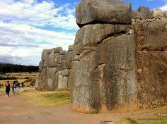 Este es un parque arqueológico en Cusco, Perú . Tiene grandes rocas .