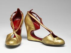 America - Pair of leather shoes by Saks Fifth Avenue Gold Leather, Leather Shoes, 1940s Shoes, Saks Fifth Avenue, Vintage Fashion, Pairs, Flats, Heels, America