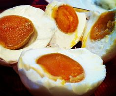 Typical Singaporean condiments that go with congee for breakfast, evening or late supper - Salted eggs (Telur Masin). Salted eggs are. Egg Yolk Recipes, Cured Egg, Salted Egg Yolk, Malaysian Cuisine, Cambodian Food, Malay Food, Authentic Chinese Recipes, Pickled Eggs, Singapore Food