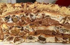 Этот вкуснейший торт состоит из очень простых ингредиентов. А выпекается очень быстро. Фантастически вкусный, красивый! Короче говоря, он вполне достоин королевского стола! Ингредиенты Коржи: + 10 белков, + 240 г сахарной пудры, + 400-500 г грецких орехов, + 2 столовых ложки крахм