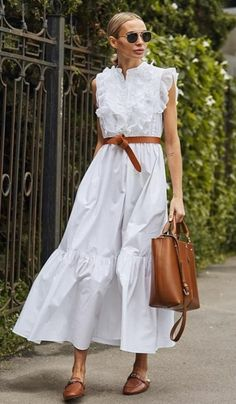 Pretty white casual summer dress with simple tan leather belt. Plain Dress, Dress Up, Midi Dress Outfit, Street Looks, Street Style, Business Mode, Summer Outfits, Summer Dresses, Mode Outfits