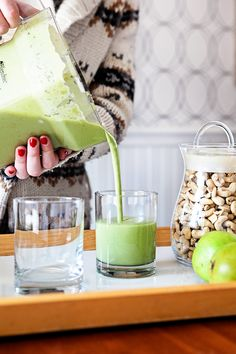 This Creamy Pear Smoothie is a quick, easy, healthy snack or breakfast. The cashews not Smoothie Prep, Pear Smoothie, Oatmeal Smoothies, Yummy Smoothies, Clean Eating Snacks, Healthy Snacks, Roast Chicken Dinner, Best Smoothie Recipes, Best Breakfast Recipes