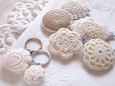 Doily pillow keychains (Doily/cut-outs from lace x2 + stitch up sides + add stuffing to puff-up + add loop tag + finish stitching. Add keyring. *Make to preferred size. *Mix a little lavender in stuffing to cover smell fm frequent usage. Fleur Crochet, Crochet Toys, Crochet Gifts, Cute Crochet, Crochet Flowers, Crochet Doilies, Crochet Motif, Crochet Buttons, Crochet Patterns