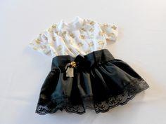 A Legal pra Cachorro apresenta: Inverno 2014!    Vestido Rock Chic!    Em malha e algodão. Camiseta branca de malha com estampa de caveirinhas douradas. Punho no decote. Saia em tecido 100% algodão preto com acabamento de renda na barra. Laço e botão de caveirinha em metal dourado na cintura.    Para as cachorrinhas cheias de estilo!    ___________________________________________