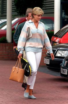princess diana, this outfit is so on point. Powder blue Tod's matching the stripe in the sweater! princess diana, this outfit is so on point. Powder blue Tod's matching the stripe in the sweater! Princess Kate, Princess Diana Fashion, Princess Of Wales, Real Princess, Lady Diana Spencer, Princesa Diana, Tods Bag, Gisele Bündchen, Tilda Swinton