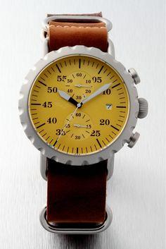 PEREGRINE SQUADRON PILOT CHRONOGRAPH QUARTZ es el reloj perfecto para el entusiasta de la aviación cotidiana. En un gastado casi nueva condición, que es un reloj de cuarzo que puede confiar. Desde la caja de acero inoxidable con las funciones que incluyen horas, minutos, segundos y fecha, se trata de una edición limitada esencial.