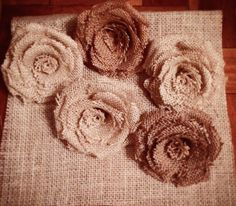 Flores de arpillera hechas a mano