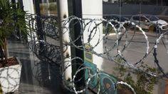 Lojas de automóveis que ficam a caminho do Mineirão decidiram colocar tapumes de madeira, placas de aço e até mesmo arames farpados contra vândalos em possíveis protestos e manifestações que deverão acontecer durante os jogos da Copa. http://esportes.terra.com.br/futebol/copa-2014/bh-lojas-se-protegem-de-protestos-com-aco-e-arames-farpados,fc25e4c267d66410VgnVCM10000098cceb0aRCRD.html