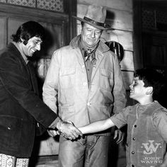 Behind the Scenes: John Wayne introduces his son, Ethan, to Joe Namath on the set of Rio Lobo in Tucson, AZ. John Wayne Son, John Wayne Quotes, John Wayne Movies, Old Hollywood Stars, Classic Hollywood, Hollywood Men, Classic Actresses, Actors & Actresses, Classic Movies
