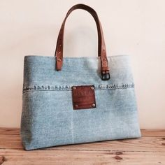 Repurposing old jeans for a fu Jean Purses, Purses And Bags, Sacs Tote Bags, Sacs Design, Diy Sac, How To Make Purses, Denim Handbags, Denim Purse, Denim Crafts
