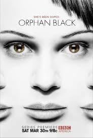 Orphan Black es una serie americana emitida en el año 2013, de género ciencia ficción, drama y acción. Nos encontramos con Sarah (Tatiana Maslany), una joven huérfana sin ningún sitio donde caerse muerta que es testigo del suicidio de una chica que es idéntica a ella. Sarah decidirá asumir su identidad, cuenta bancaría, hogar y demás… solo para encontrarse en medio de una tremenda conspiración con clones de por medio.