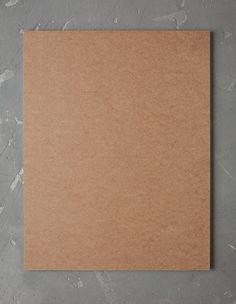 Ein GIF zeigt, wie aus recycelbarer Pappe, Kunststoffverpackungen und kaputten Gegenständen eine Wandorganisation entsteht.