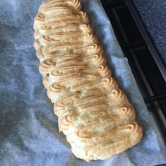 Walesstang med vaniljecreme, syltetøj og flødeskum Food And Drink, Bread, Ethnic Recipes, Tips, Danish Recipes, Kuchen, Brot, Baking, Breads