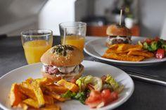 Notre recette de burger maison est là : http://petitstudio.fr/homemade-cheeseburger/