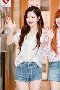Rose and Lisa//BlackPink Blackpink Fashion, Korean Fashion, Jenny Kim, Kpop Mode, Rose Park, 1 Rose, Kim Jisoo, Kpop Outfits, Airport Style