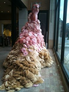 Trendy Womens Outfits : A dress of dyed coffee filters at Anthropologie Eton on Chagrin. Visual Display, Display Design, Design Art, Recycled Dress, Recycled Art, Shop Window Displays, Store Displays, Anthropologie Display, My Art Studio
