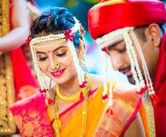 प्रतिमेत याचा समावेश असू श्ाकतो: 1 व्यक्ती, उभा आहे Marathi Bride, Marathi Wedding, Saree Wedding, Marathi Nath, Indian Bridal Makeup, Indian Bridal Wear, Indian Wear, Bridal Outfits, Bridal Dresses