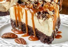 Er du fan af cheesecakes, der ikke skal bages? Så vil du elske denne variant, hvor karamel, nødder og chokolade er hovedingredienserne.