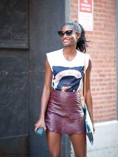 Acheter la tenue sur Lookastic:  https://lookastic.fr/mode-femme/tenues/t-shirt-a-col-en-v-blanc-minijupe-bordeaux-sac-bandouliere-noir-lunettes-de-soleil-noires/12485  — Lunettes de soleil noires  — T-shirt à col en v imprimé blanc  — Minijupe en cuir bordeaux  — Sac bandoulière en cuir noir