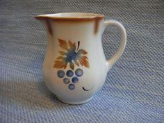 Rypäle maitokannu, siniruskea | Arabian vanhat astiat - Wanhat Kupit verkkokauppa
