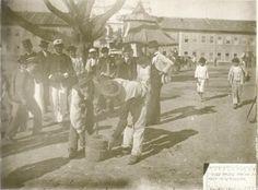 1900 - Obras de calçamento da Avenida Tiradentes. Ao fundo Convento e capela da Luz.